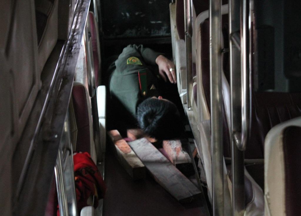 Hàng chục cảnh sát, kiểm lâm bắt xe khách chở gỗ lậu