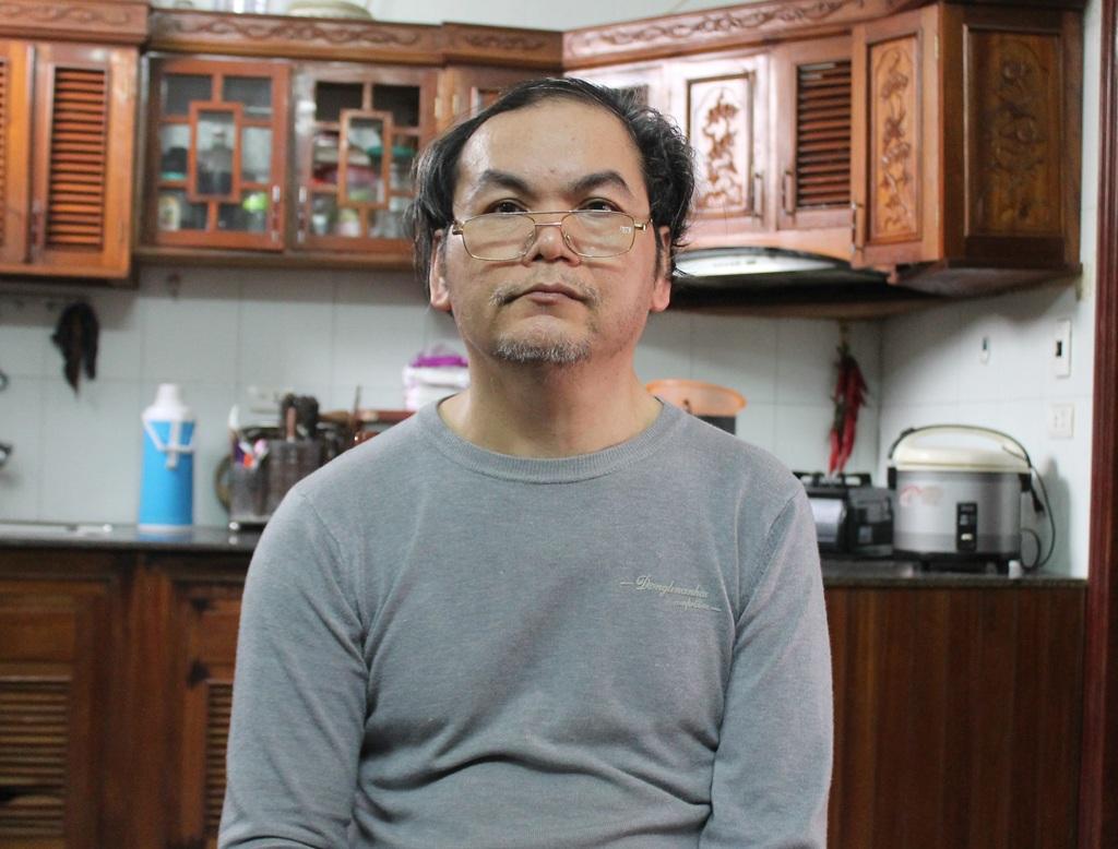 Ông Dương Xuân Phú nơm nớp lo sợ khi sống trong ngôi nhà chỉ cách móng công trình chưa đầy 1m.