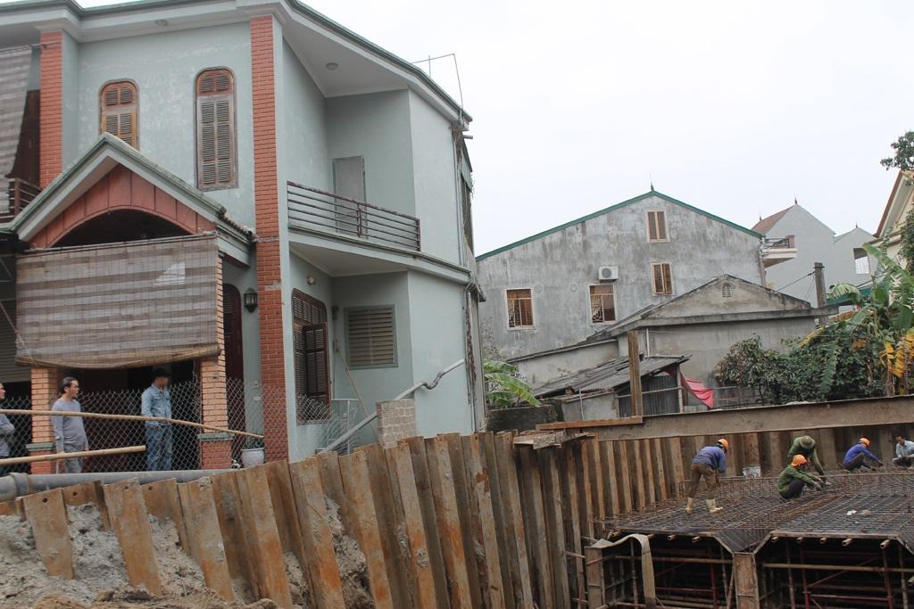 Ngôi nhà chị Vân Anh bị nghiêng và có xu hướng bị trôi xuống hố móng công trình.
