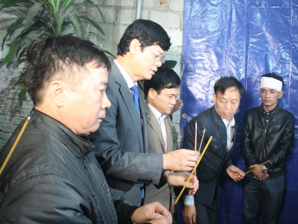 Ông Lê Xuân Đại - Phó Chủ tịch UBND tỉnh Nghệ An thắp hương viết thượng tá Lê Hồng Quân.