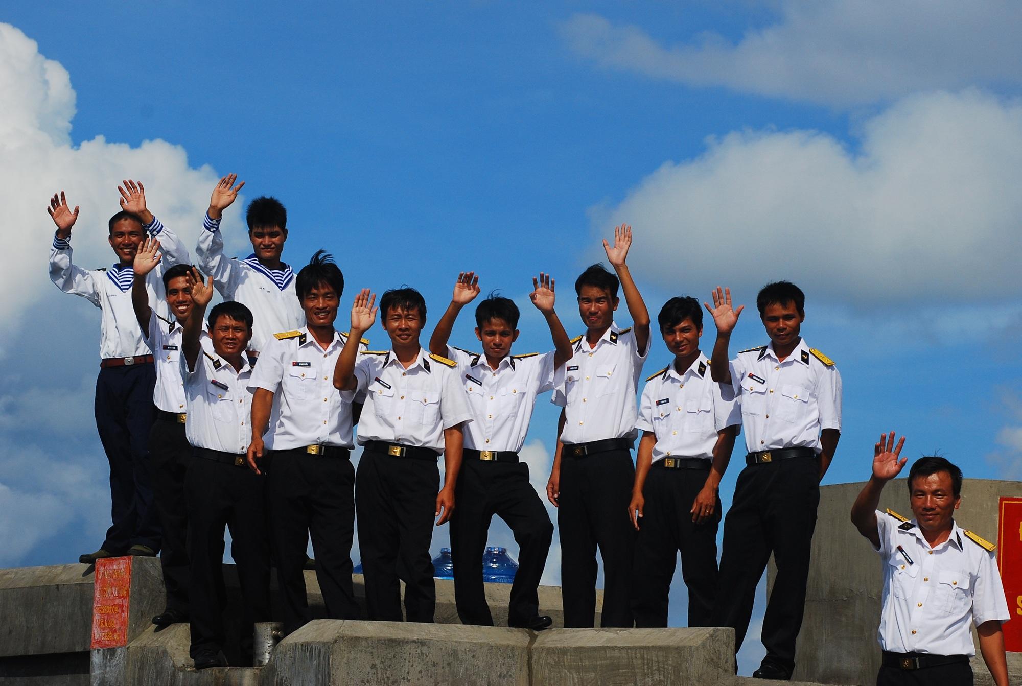 Cán bộ, chiến sỹ là người Nghệ An tại đảo Đá Tây C đón khách từ đất liền ta thăm (ảnh Hoàng Trần).