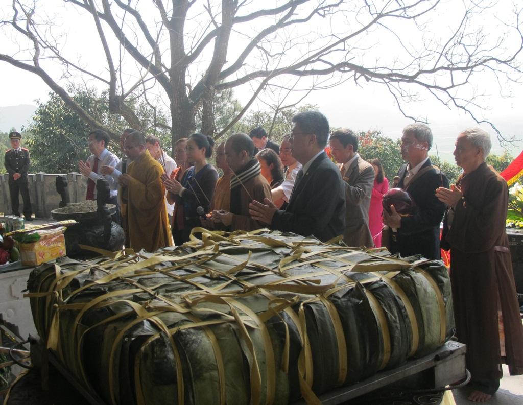 Sau khi hoàn tất các nghi lễ, bánh chưng được chia cho người dân và du khách thập phương