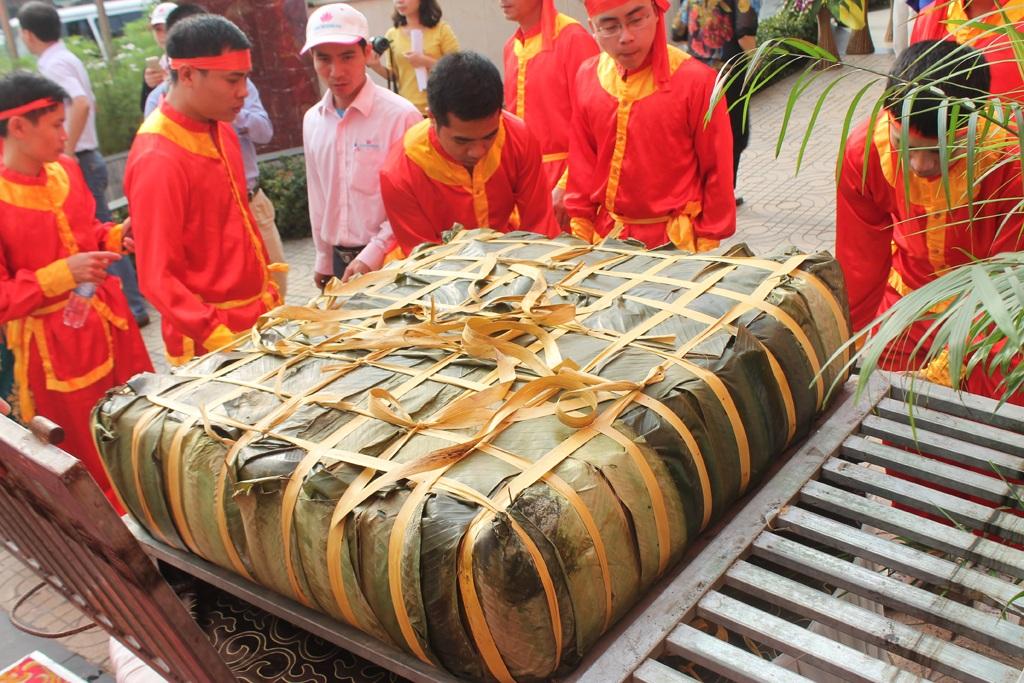 Chiếc bánh chưng có tổng trọng lượng 350kg.