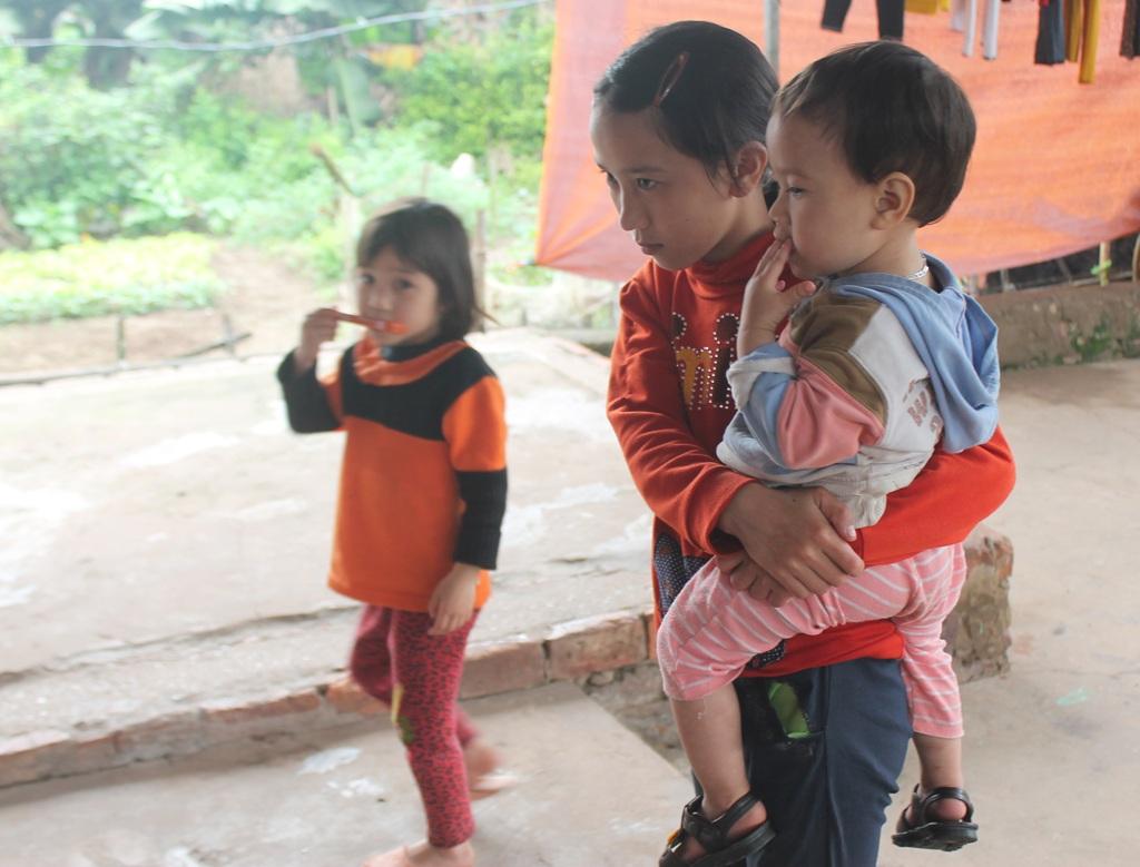 Các con anh Thuận còn quá nhỏ để hiểu nỗi lo sợ mà mẹ chúng đang trải qua