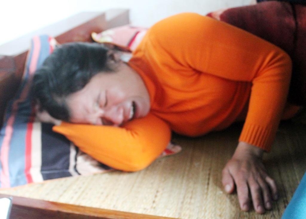Chị Nguyễn Thị Thơm nằm bẹp trên giường từ khi hay tin chồng mất tích.
