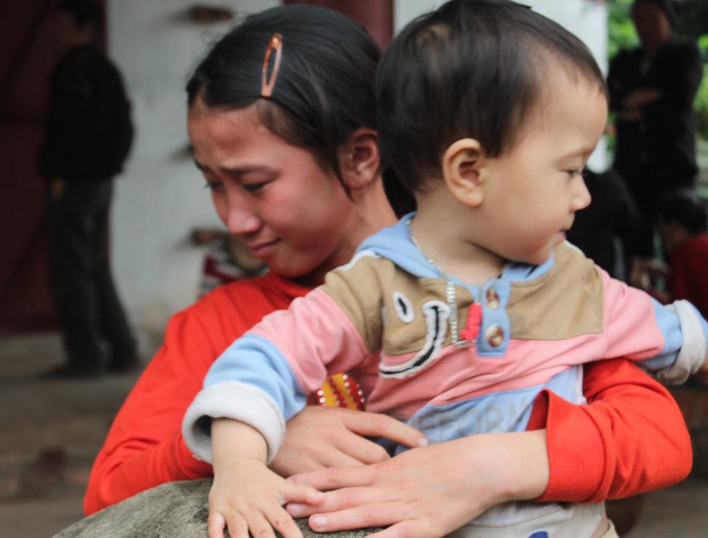 Bé Thương đứng trước nguy cơ phải bỏ học như chị gái nếu bố không trở về.
