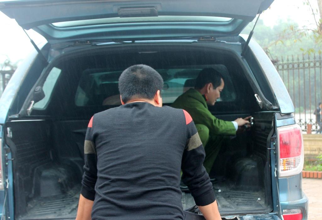 Những chiếc điện thoại, máy tính bảng được đóng dọc thùng ô tô.