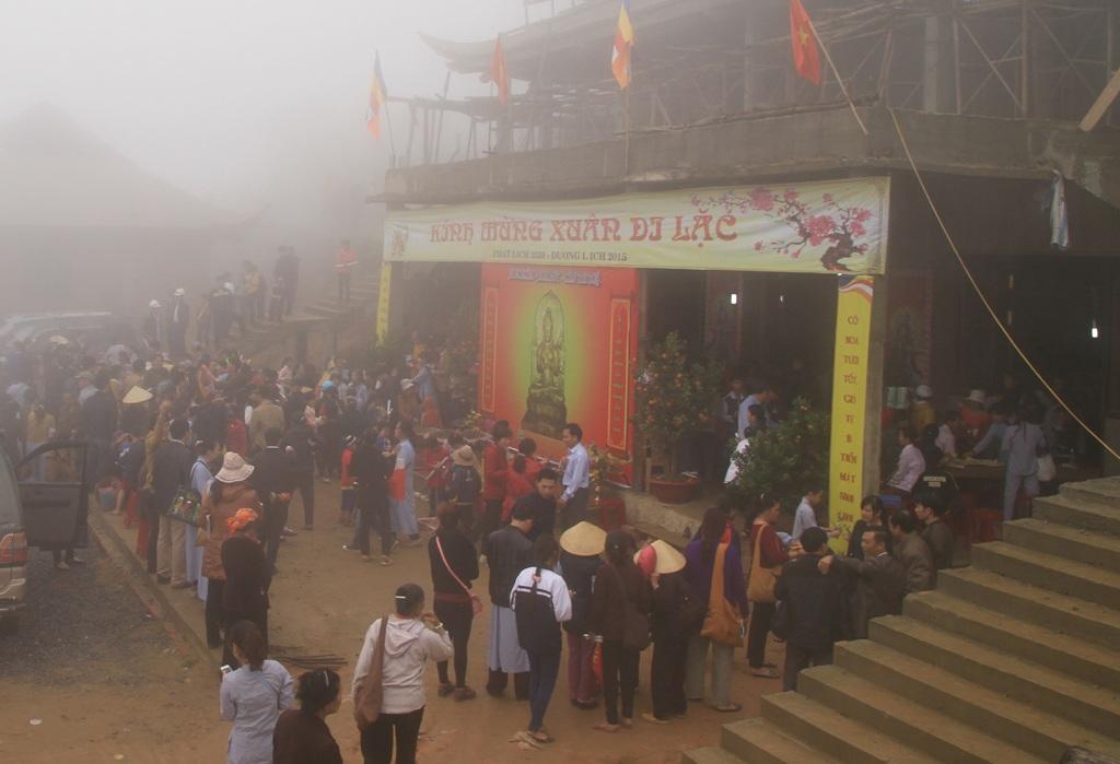 Rất đông người dân đã ngược núi xin chữ từ sáng sớm