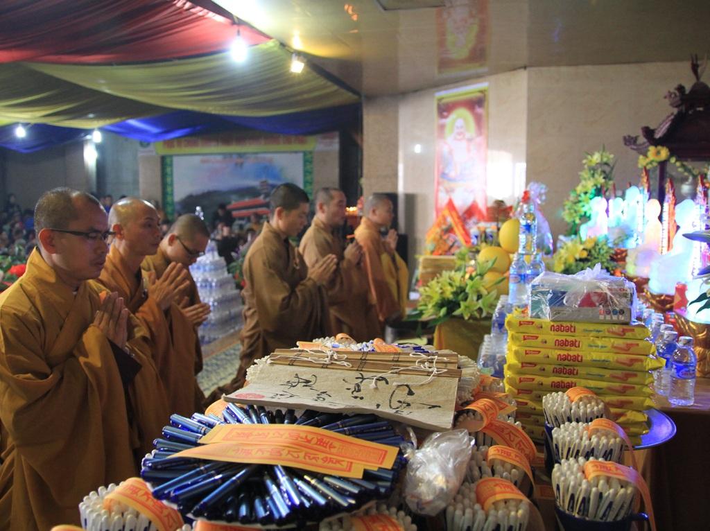 Hàng nghìn chiếc bút được làm lễ trước khi phát cho các phật tử.