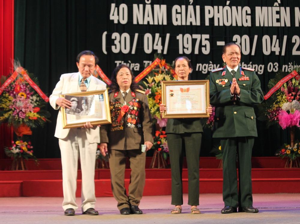 Trao kỷ niệm chương cho thân nhân 2 liệt sỹ hi sinh tại chiến trường Trị - Thiên.