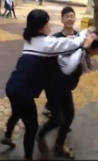 Nữ sinh nắm tóc kéo bạn nam vào lớp (ảnh cắt từ clip).
