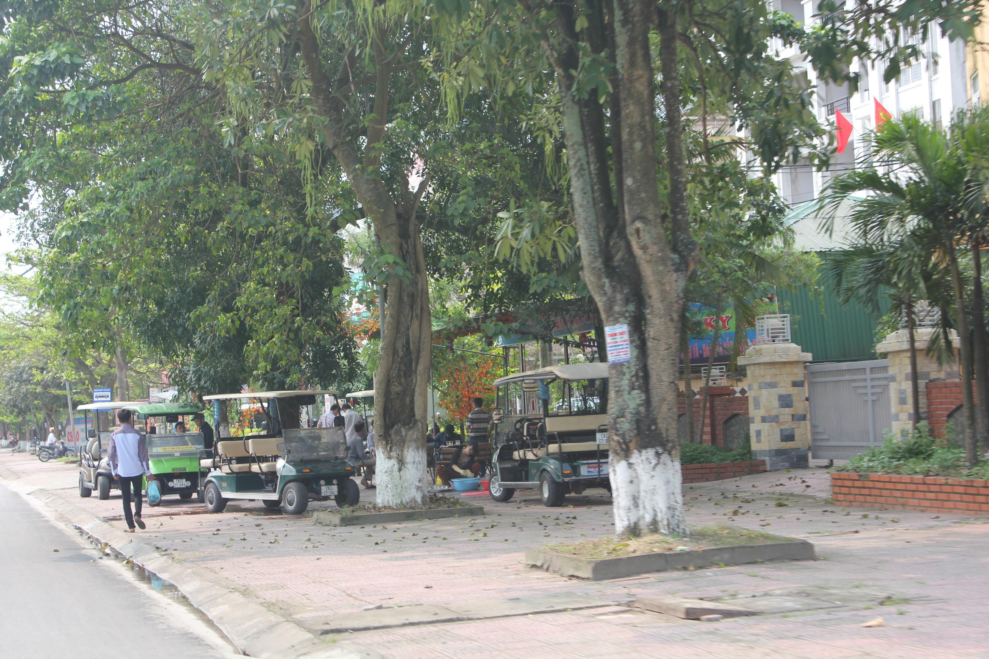 Thị xã Cửa Lò đóng dấu lên các xe thuộc diện thí điểm thực hiện dự án.