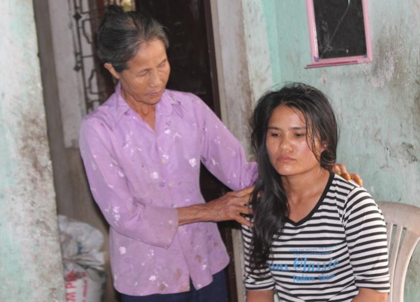 Con trai bỏ bê vợ con, bà Ngọc phải thay con chăm dâu, nuôi cháu.