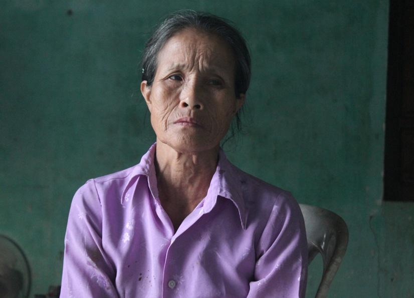 Bên cạnh nỗi lo sức khỏe của chồng, bà Ngọc phải gồng mình chăm con dâu, cháu nội bị tâm thần.