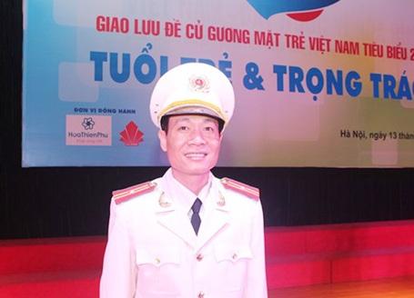Thiếu tá Phan Mạnh Hùng tại buổi giao lưu Tuổi trẻ và trọng trách (ảnh: Quỳnh Vinh).