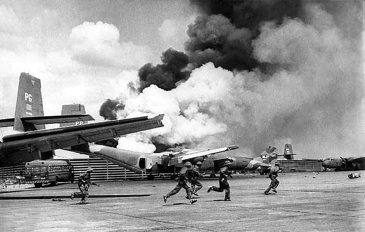 Lực lượng bộ binh đánh chiếm sân bay Tân Sơn Nhất (Ảnh tư liệu).