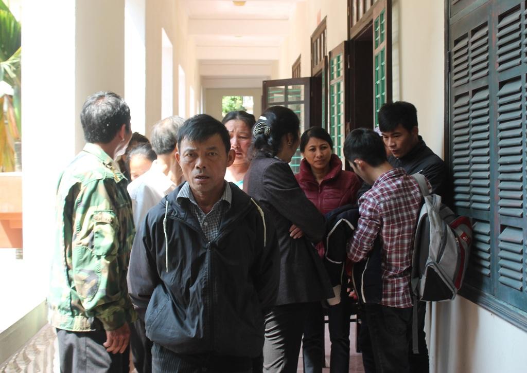 Các lao động và thân nhân của họ bức xúc khi phiên tòa phải hoãn lần thứ 2.