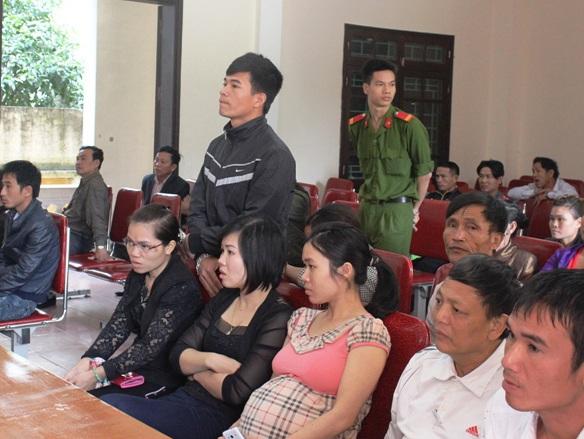 Các lao động yêu cầu tòa xét xử vắng mặt đối với bị cáo Hoàng Song Toàn.