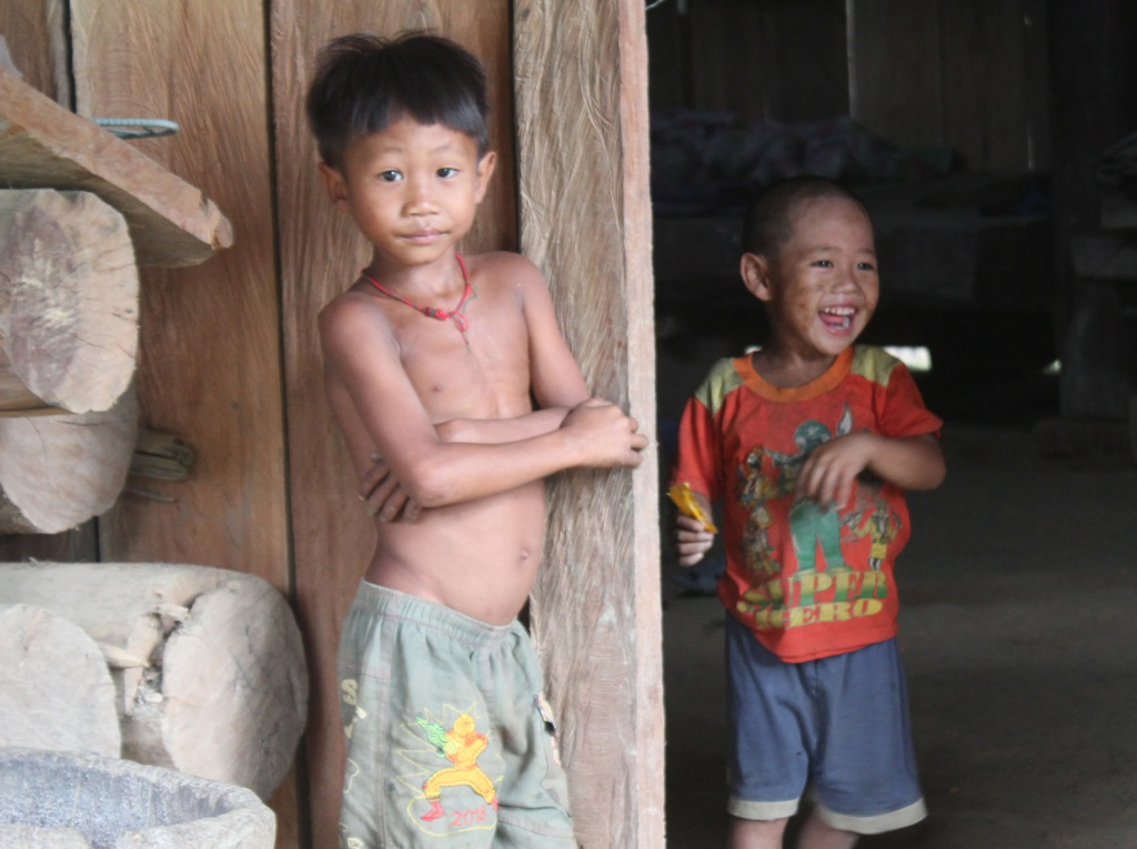 Những đứa trẻ con của Thiện lớn lên như cây cỏ trong thiếu thốn và nghèo đói.