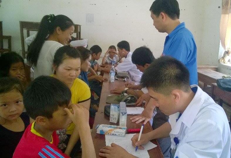 Khám và cấp thuốc miễn phí cho nhân dân xã miền núi Châu Lý (Quỳ Hợp, Nghệ An).