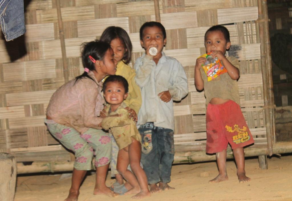 Những đứa trẻ Đan Lai lớn lên như cây cỏ trong thiếu thốn và nghèo đói.