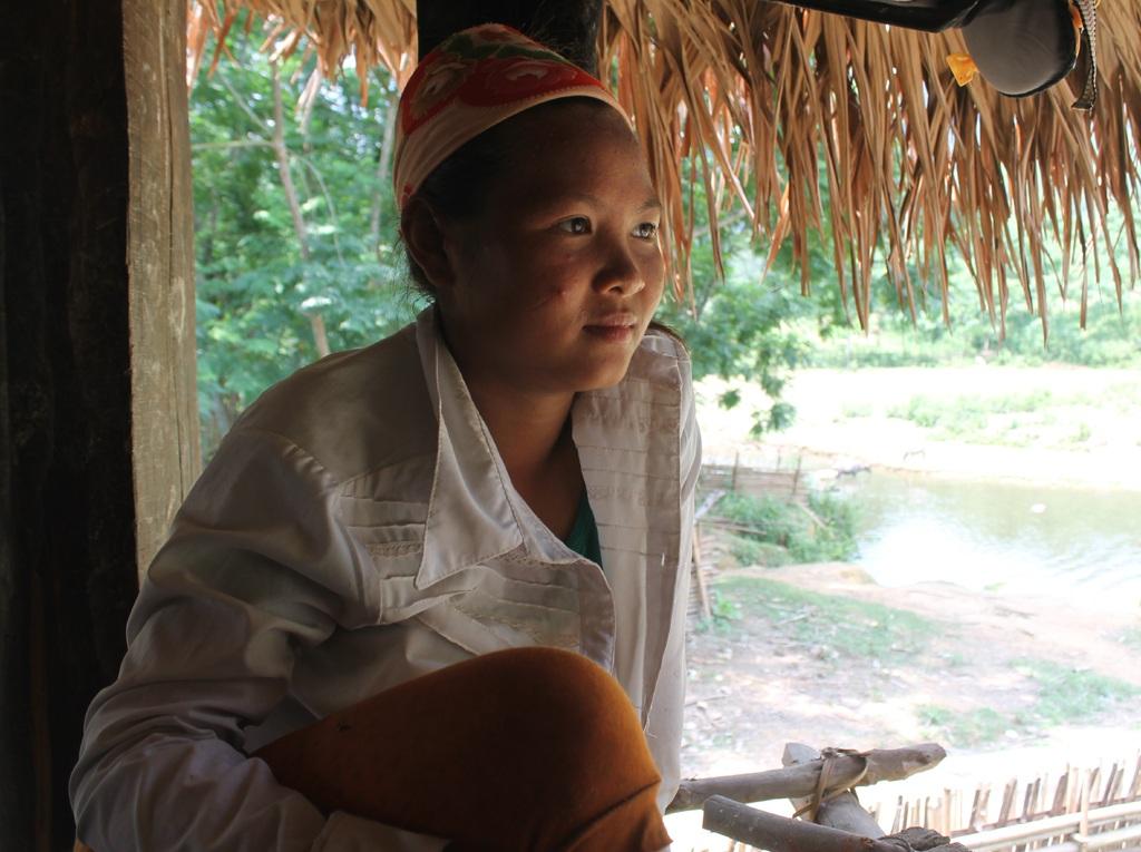 Cô dâu mới của bản Khe Búng - La Thị Lá. Lá đi làm dâu khi mới bước sang tuổi 15.