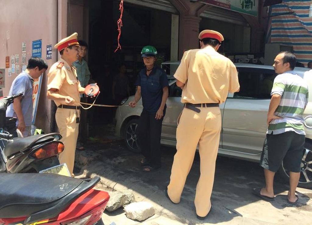 Lực lượng chức năng đang khám nghiệm hiện trường để điều tra nguyên nhân vụ tại nạn (ảnh C.L).