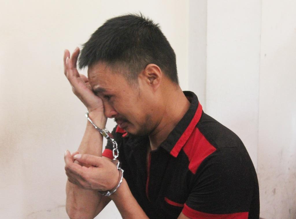 Phan Văn Tuấn bật khóc khi chờ HĐXX nghị án.