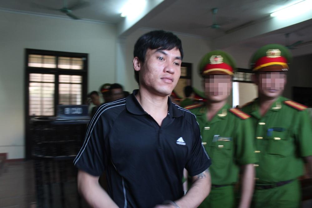 Nguyễn Văn Dũng được dẫn giải ra khỏi phiên tòa.
