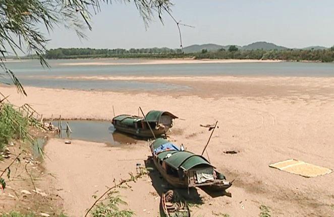 Nắng hạn kéo dài khiến mực nước sông Lam xuống thấp nhất trong vòng nhiều năm qua.