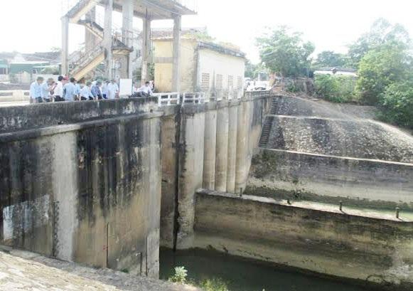 Cống bara tại Nam Đàn tê liệt do nước sông Lam xuống quá thấp, không thể bơm nước phục vụ sản xuất.