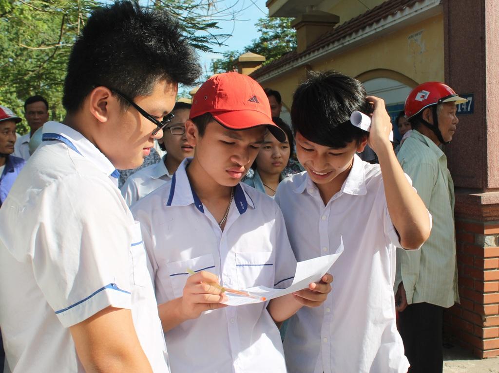 Các thí sinh đánh giá đề thi tiếng Anh dễ hơn đề thi thử tại các trường. (Ảnh: Hoàng Lam)
