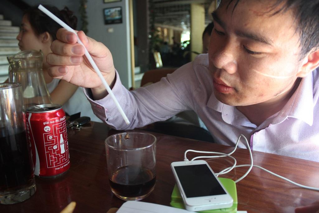 Anh Nguyễn Đình Nghệ phản ánh lon Cocacola khi đổ ra ly có nhiều vật thể lạ.
