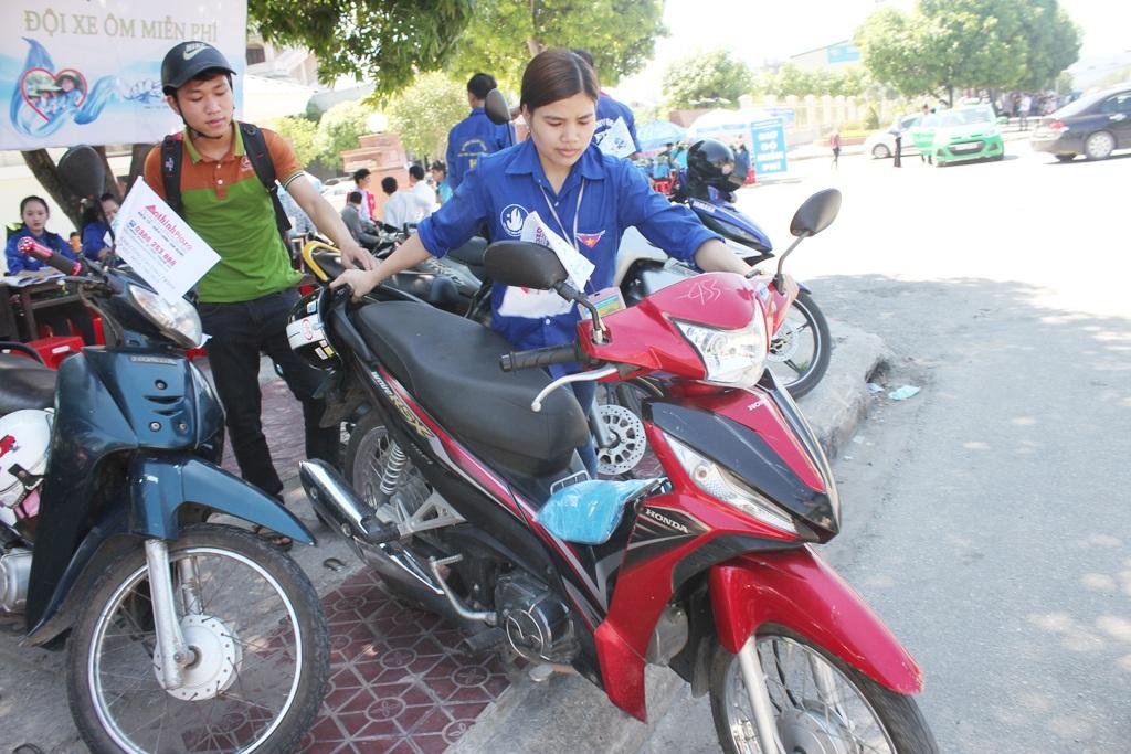 Việc dắt xe từ vỉa hè xuống đường đối với các nữ xe ôm cũng không phải là đơn giản.