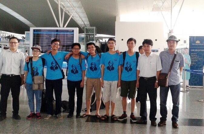 Hoàng Anh Tài (thứ 2 trái sang) cùng các bạn trong đội tuyển Olympic Toán