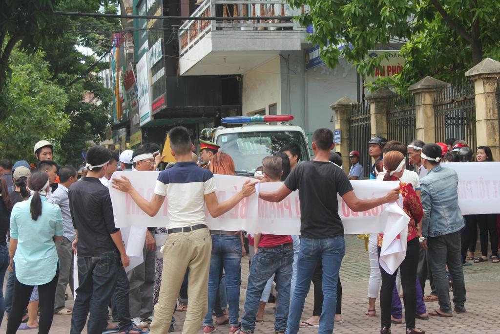 ... và quây lực lượng cảnh sát trật tự làm nhiệm vụ trước cổng tòa án.