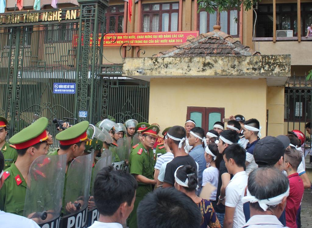 Từ trái qua: Cao Xuân Thủy, Cao Xuân Thanh, Phạm Văn Phúc trước vành móng ngựa.