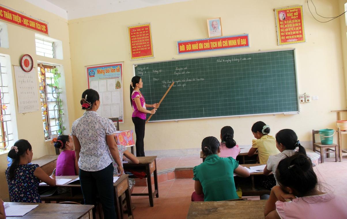 Lớp xóa mù chữ bản Giáp Gát (Bình Sơn, huyện Anh Sơn, Nghệ An) có những học viên hơn 60 tuổi.