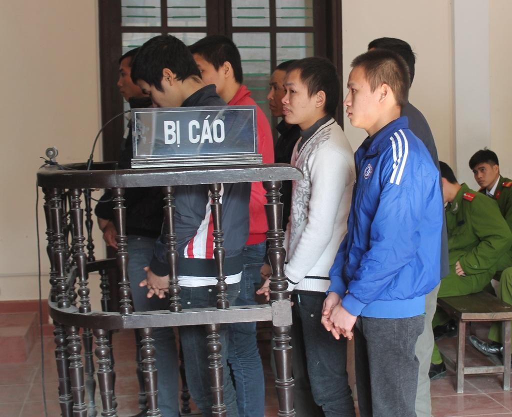Các bị cáo trong vụ án trước vành móng ngựa.
