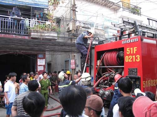 Cháy nhà trọ, sinh viên chạy tán loạn  - 1