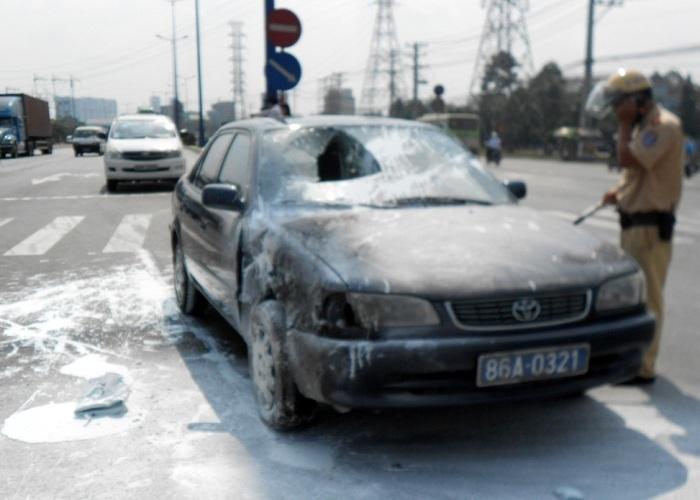 Vụ tai nạn đã làm chiếc ôtô bị cháy 1 phần gây hư hỏng nặng
