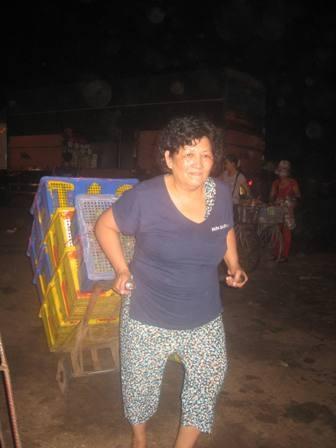 """Cô Nguyễn Thị Dậu đã hơn 40 năm """"ăn ở"""" với nghề phu bốc xếp"""
