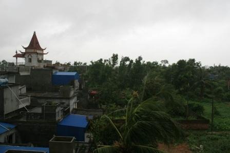 Mưa kèm gió lốc đang mạnh dần lên ở Hải Phòng (Ảnh chụp tại Tiên Lãng lúc 8 giờ sáng 23/6)