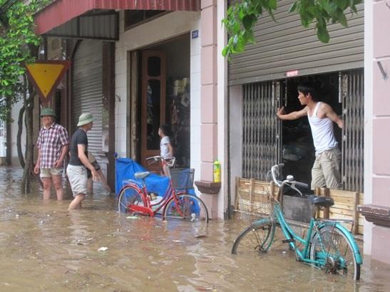 Nước tràn ngập khu dân cư