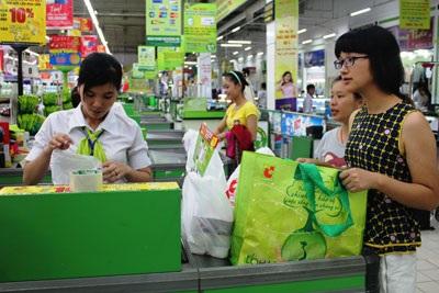 Sinh viên làm bán thời gian tại siêu thị
