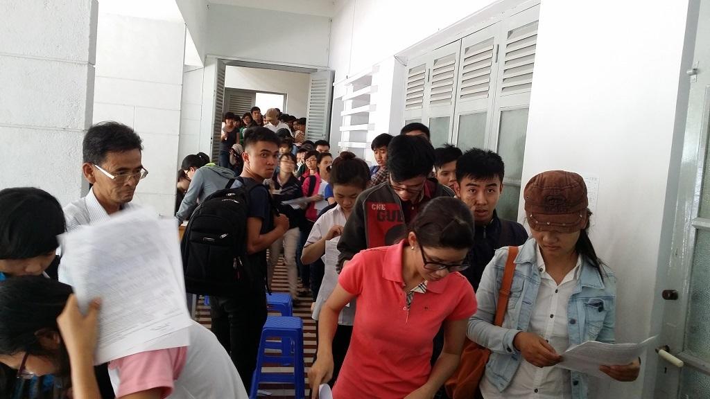 Đông thí sinh tự do xếp hàng tại điểm thu hồ sơ thi THPT quốc gia tại Cơ quan Bộ GD-ĐT tại TPHCM