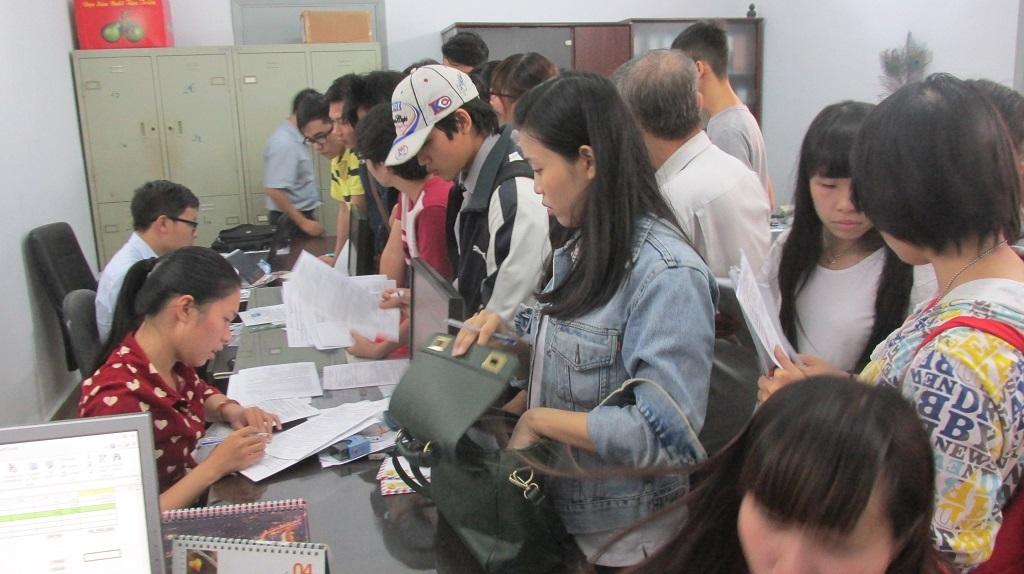 Nhân viên tiếp nhận hồ sơ làm việc luôn tay vì quá đông thí sinh