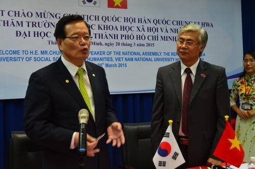 Chủ tịch Quốc hội Hàn Quốc Chung Ui Hwa (bên trái) trong buổi đối thoại với sinh viên Việt Nam.