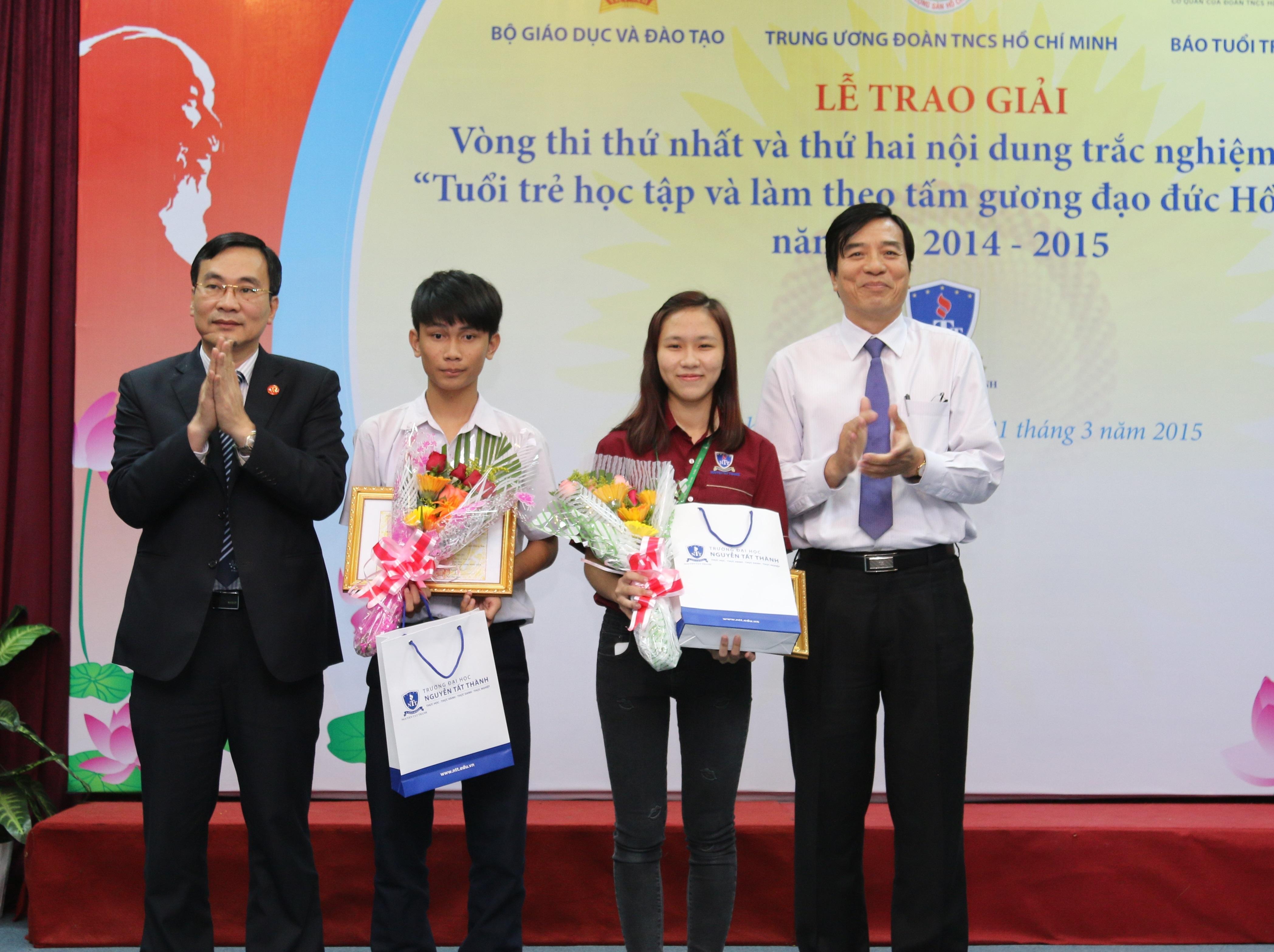 Hai thí sinh xuất sắc được trao giải Nhất.