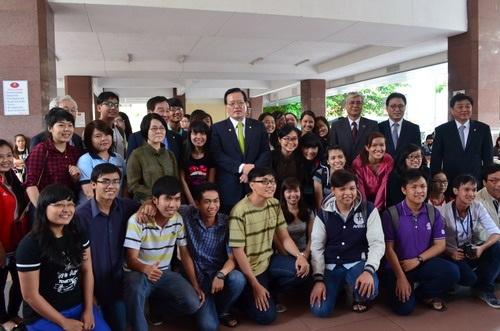 Chủ tịch Quốc hội Hàn Quốc chụp ảnh lưu niệm sau buổi trò chuyện với sinh viên.